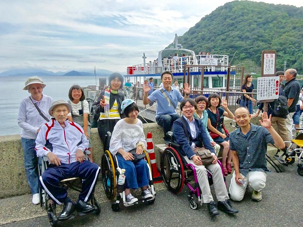 遊覧船の前で記念撮影