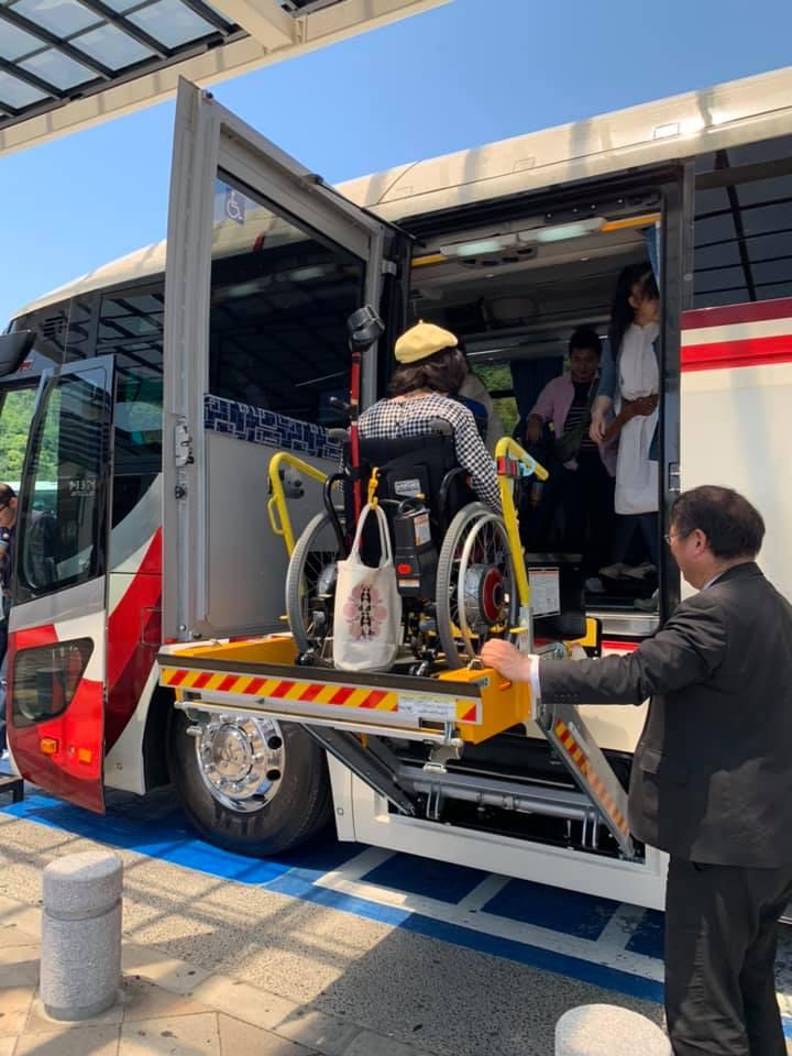 今回旅行で使用したリフト付きバス