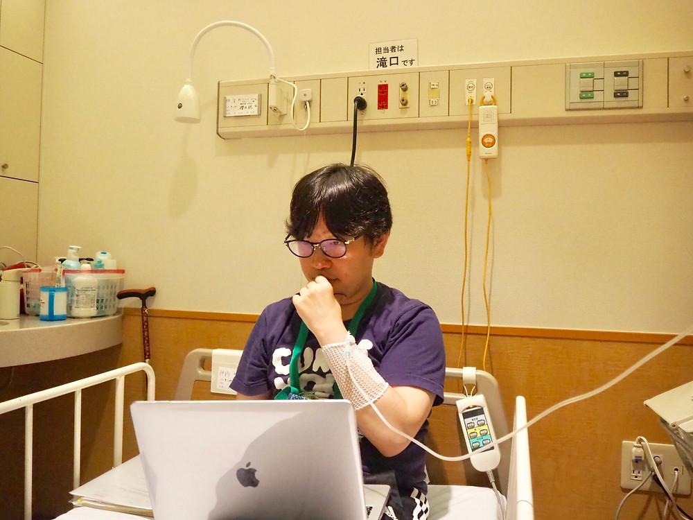 病室から仕事を続ける様子