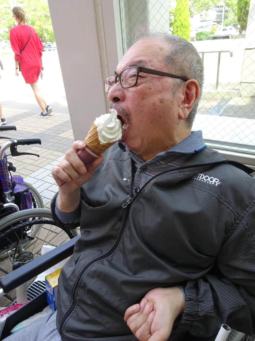 アイスクリームを食べる