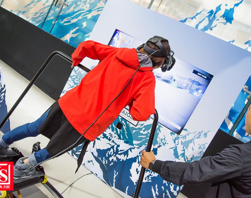 體驗館更設有動感滑雪體驗,配合雪山場景及風速,在VR滑雪機上測試你的身手。 (2