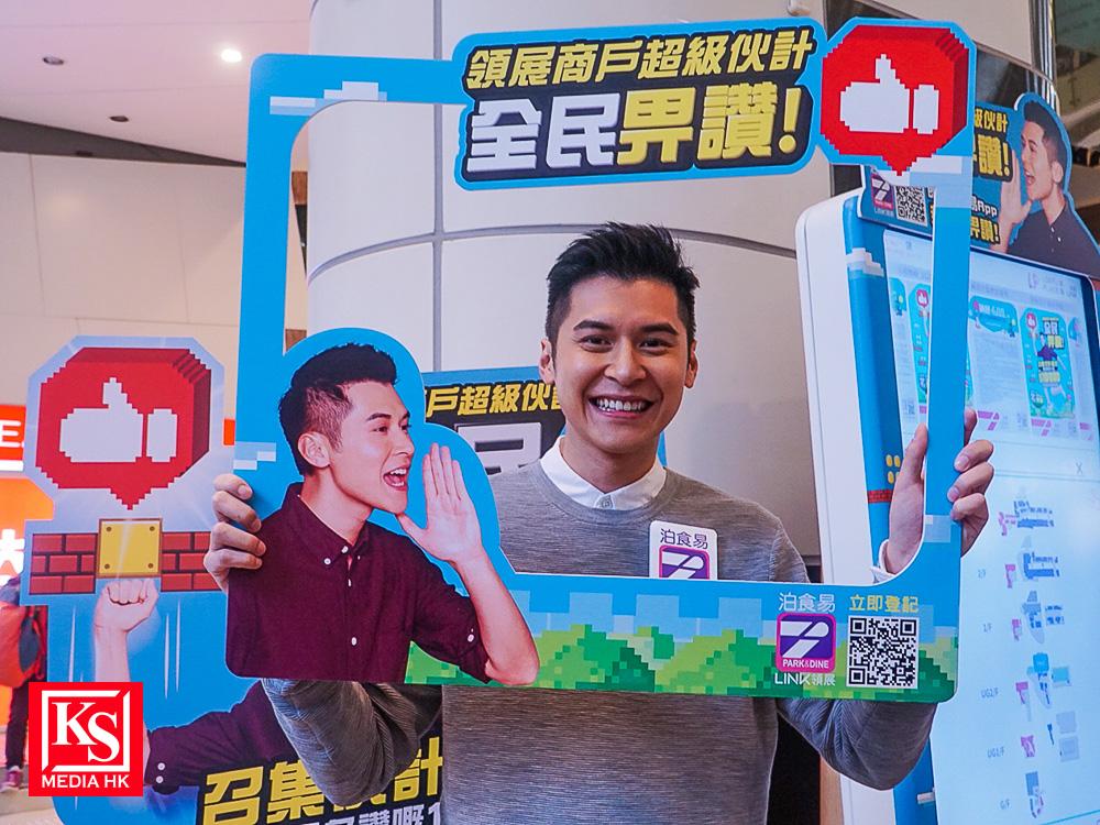 陳家樂今次卸下「超級伙計」角式,於場內見到以自己為造型的宣傳品,立即自拍一番