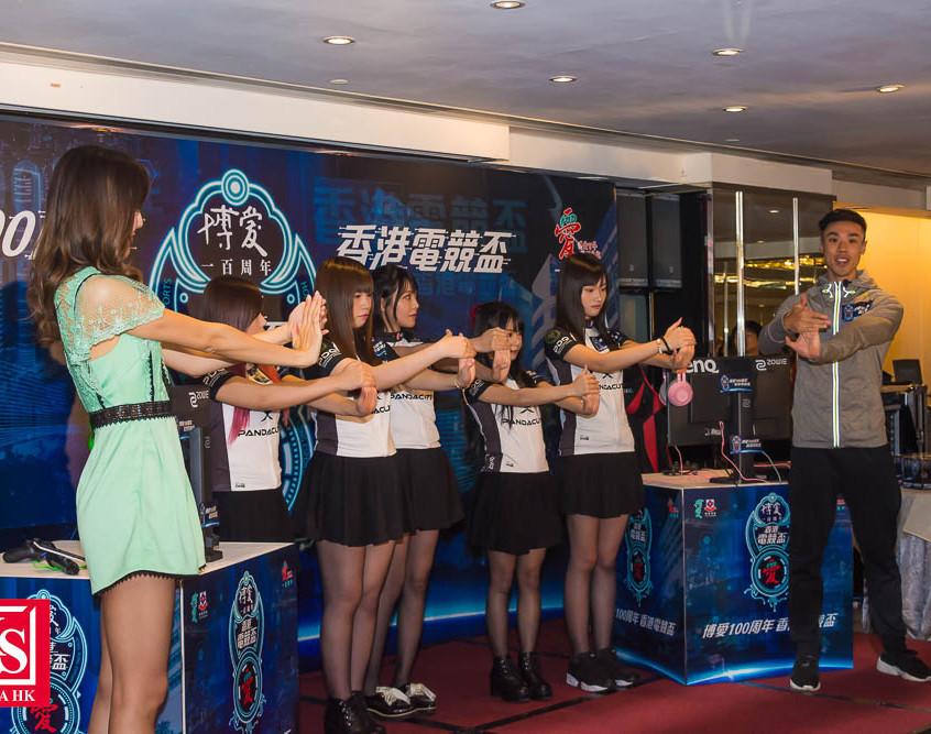 09 香港女子電競隊PandaCute及張曦雯小姐聯同 健身教練何永鏗即場分享簡單的伸展運動,呼籲公眾在競技的同時亦 要注意作息時間。