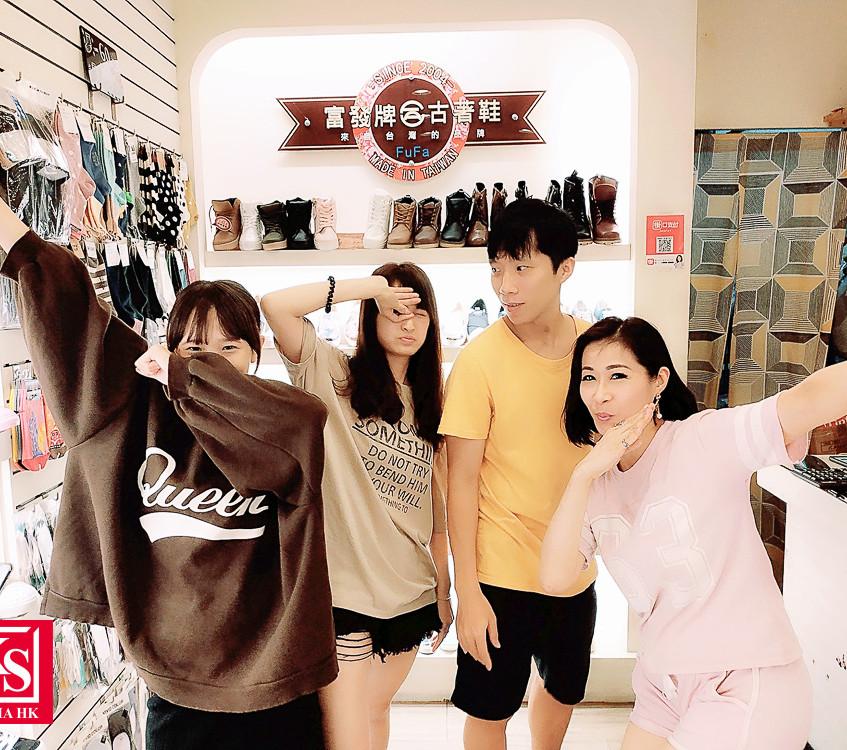 Winnie 於好友的鞋店客串當 Saleslady 常常嚇到香港遊客