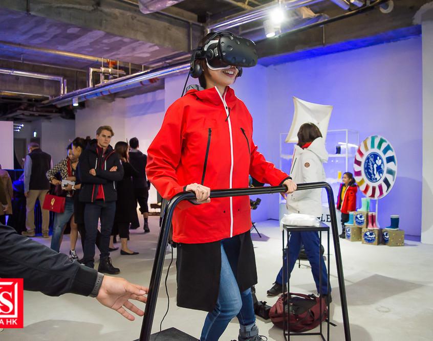 體驗館更設有動感滑雪體驗,配合雪山場景及風速,在VR滑雪機上測試你的身手。 (1