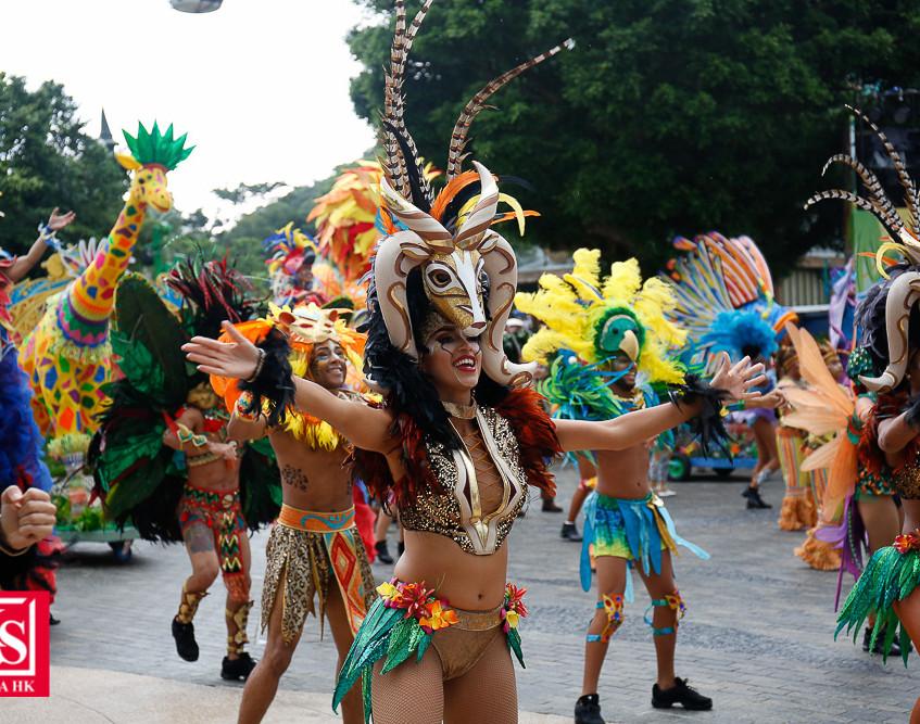 08 動夏嘉年華齊集過百位來自世界各地的頂尖表演者,打造史上最大型嘉年華活動。連串精彩節目包括以海洋生物、野生動物及雀鳥為主題的日間「加勒比夏日巡遊」及晚間夜光「加勒比夏夜巡