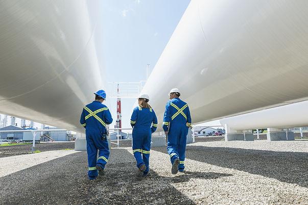 I lavoratori presso l'impianto del gas