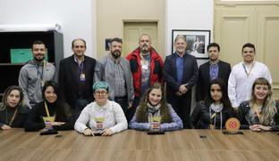 Alunas vencedoras no Expocom apresentam troféus para reitor da Uninter