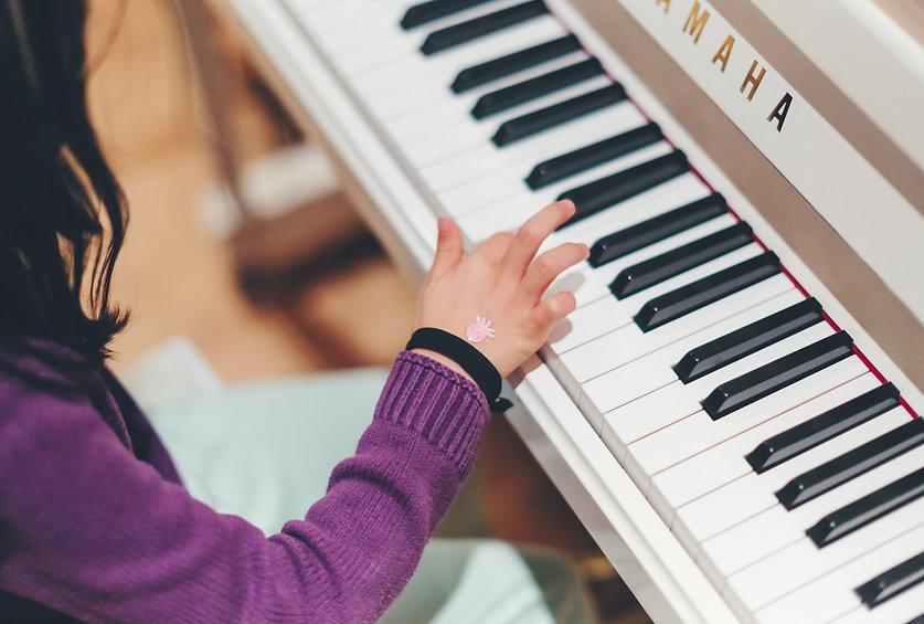 Pige spiller klaver