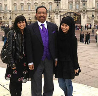 Bajloor Buckingham Palace with daughters