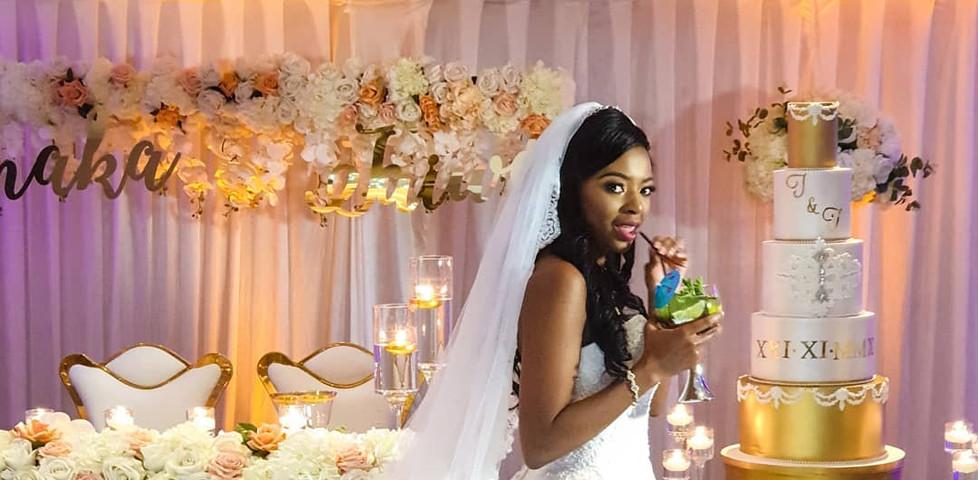 Mariée ayant une gorgée de son cocktail