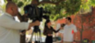 Juan_entrevistado_en_puerta_de_oficinas_