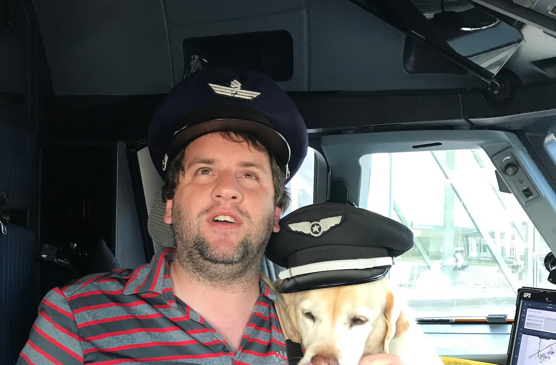 Juan Pablo Culasso en cabina de avión con su perro guía 2017