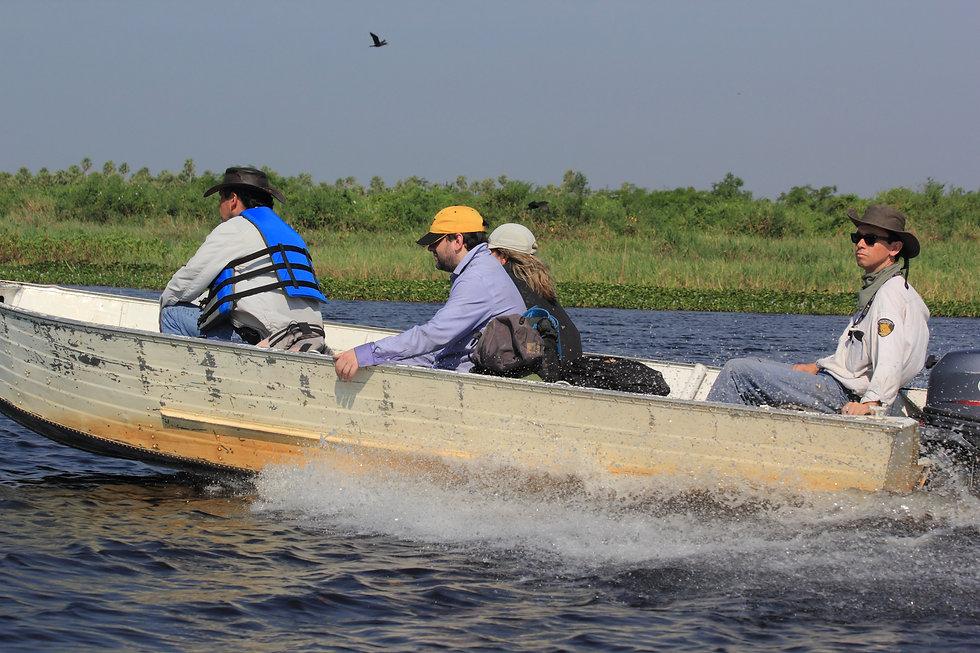 Juan Pablo Culasso viajando en lancha por el lago Yahuarcacas