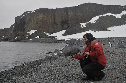 Juan Pablo Culasso grabando las pingüineras en en la Antártida