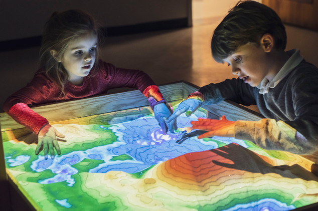 Children learning at the Augmented Reality Sandbox
