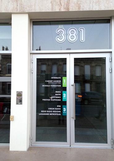 Entrée Bâtiment bureaux- vinyles adhésifs sur vitres