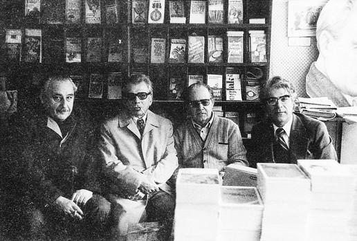 Des écrivains Oktay Akbal, Doğan Avcıoğlu, Kemal Bilbaşar chez l'éditeur Kemal Karatekin de la maison d'édition Tekin Yayınevi