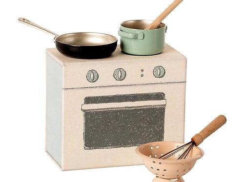 Maileg Cooking Set in Cardboard Cooker