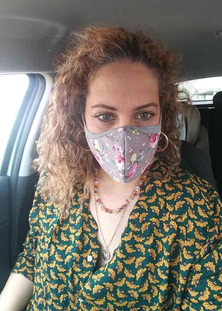 אישה-באוטו-מסיכה-פרחונית.jpg