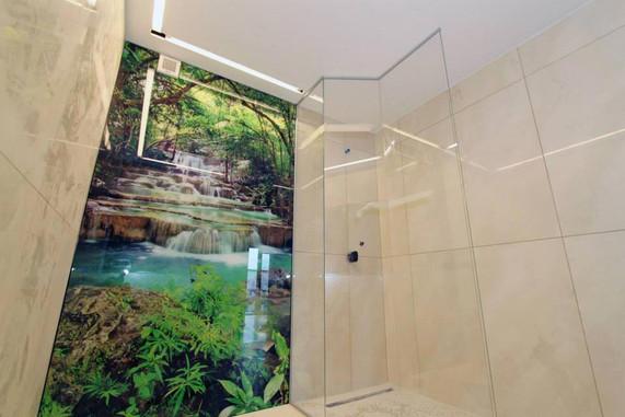 Bedruckte Wandverglasung mit Wunschmotiv und Walk-In-Dusche