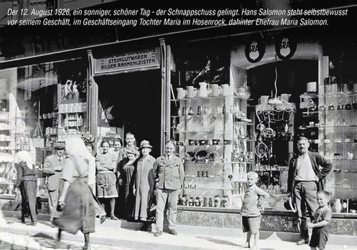 1926 vor dem Geschäft