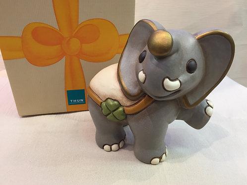 Thun Elefant stehend