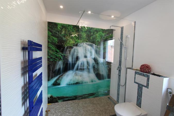 Duschrückwand mit Wunschmotiv und Walk-In-Dusche
