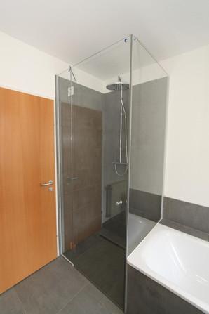 Duschtürverglasung und Aufsatz auf Badewanne