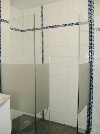 Walk-In-Dusche mit verklebten Seitenteil