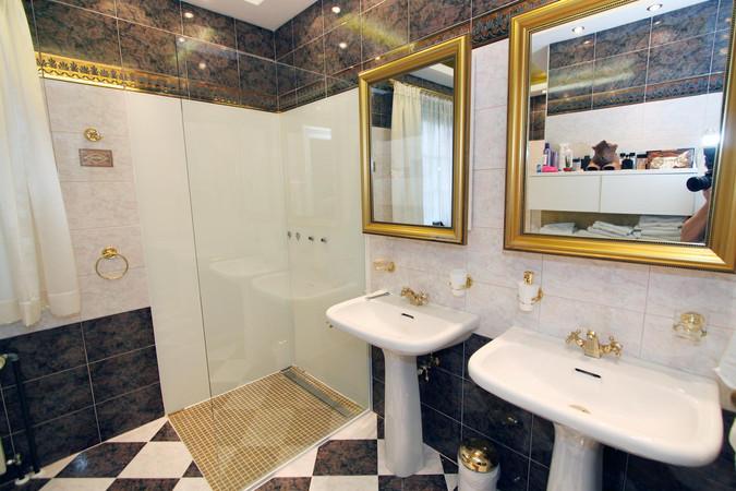 Walk-In-Dusche und Spiegel