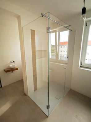 Glas-Dusche mit Drehtür