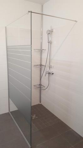 Walk-In-Dusche mit Sichtschutzfolierung