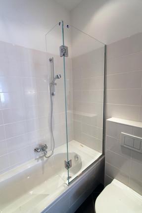 Badewannenverglasung mit schwenkbarem Seitenteil