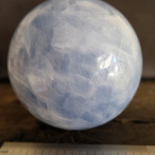 Calcit blå kugle 10 cm. diameter, ca. 1,4 kg.