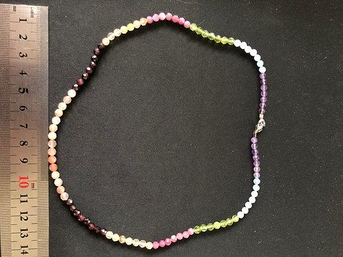 Chakra halskæde facetterede perler ca. 45 cm.