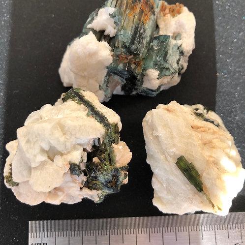 Turmalin grøn i kvarts ca. 30 - 70 gr.
