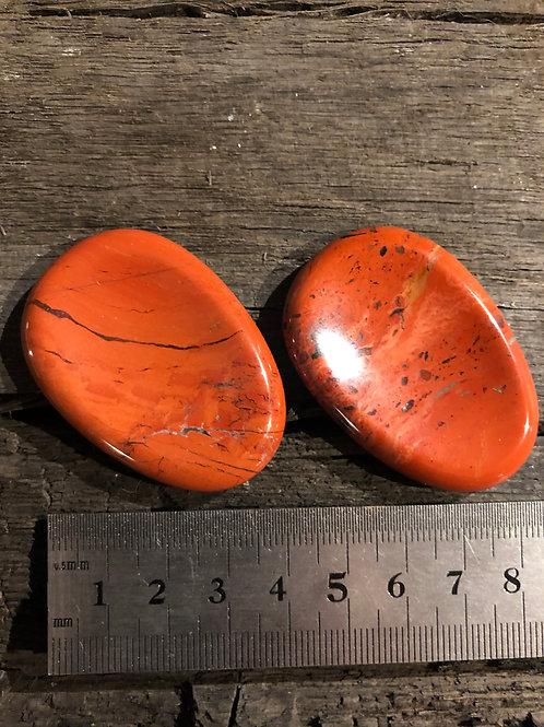 Jaspis rød lommesten ca. 22 gr. m. hulning til tommelfingeren