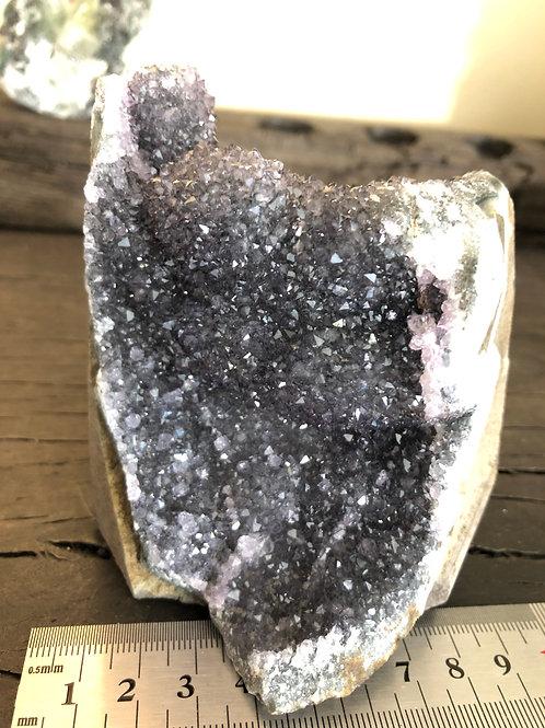 Ametyst med glitrende krystaller hele vejen rundt! ca. 675 gr.
