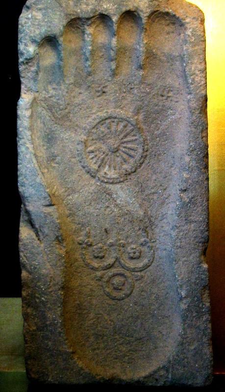 Pés com simbolo do dharma - foto: Wikipedia
