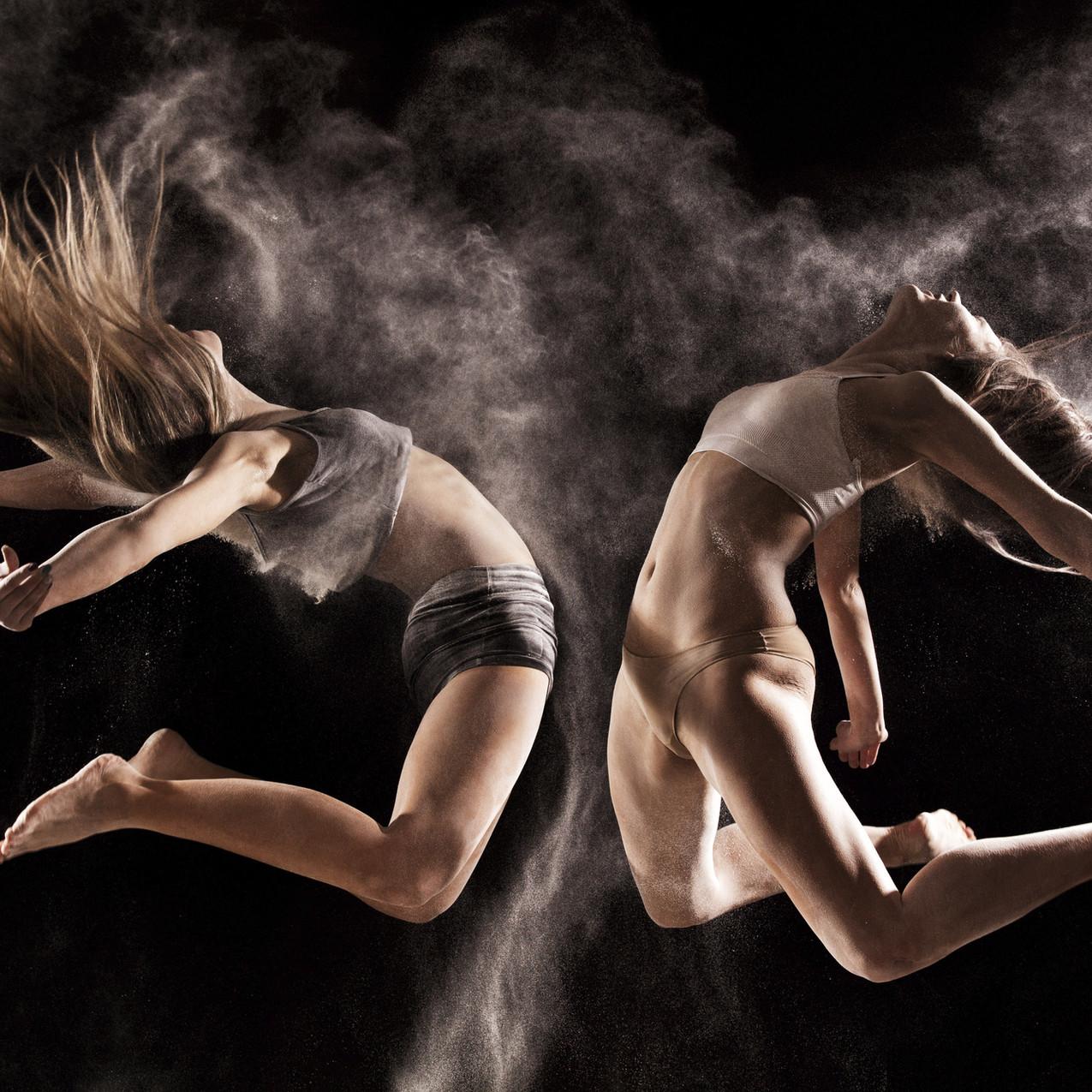 Las mujeres que saltan durante la interpretación