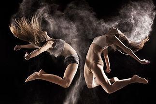 Las mujeres que saltan durante la interp