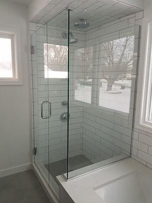 FRAMELESS CORNER SHOWER WITH BUTTRESS RE