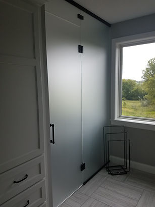 BATHROOM DIVIDING WALL WITH SATEN GLASS.