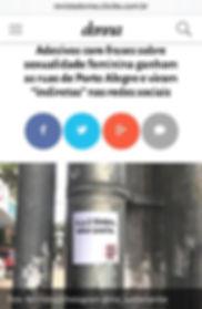 """Print de uma matéria sobre o Me Lambe na Revista Donna, da ZH. Título: Adesivos com frases sobre sexualidade feminina ganham as ruas de Porto Alegre e viram """"indiretas"""" nas redes sociais"""