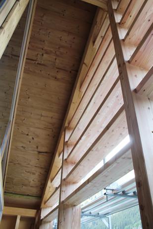 Balkon mit Holzverkleidung