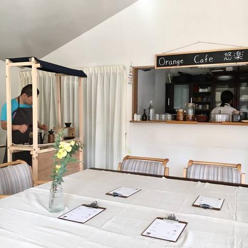テーブルスペース。 コーヒースタンドで、コーヒー豆をお客様が挽くこともできます。