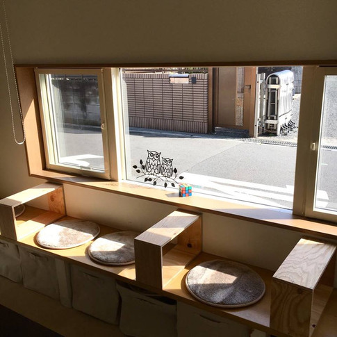 ベンチスペース。 外の風景を見ながらお食事できます。