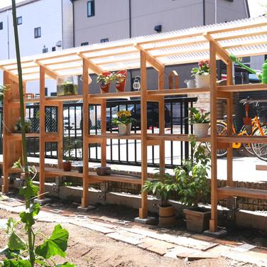 庭の棚。 植物を育てたり、畑で使うものをしまっておきます。