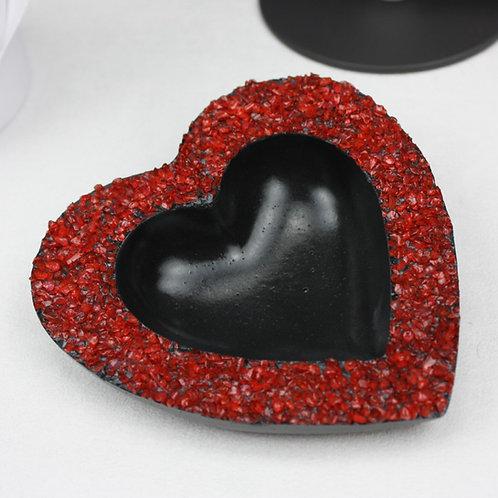 Herzschale aus schwarzem Beton mit Rotem Kies